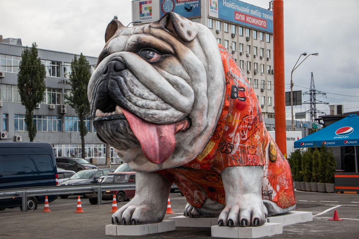 """Гигантский пес встречает водителей возле кафе """"Мой драйв"""""""