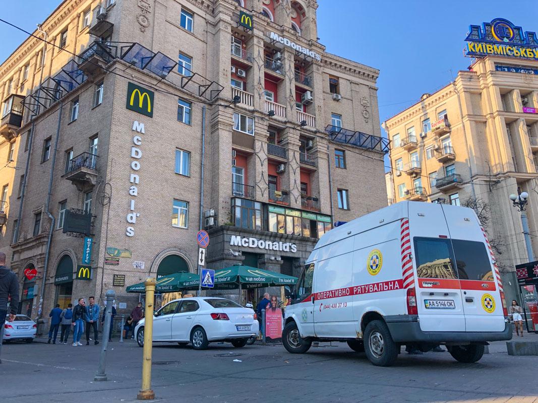 Коммунальщики продолжают снос незаконной надстройки на Майдане Независимости