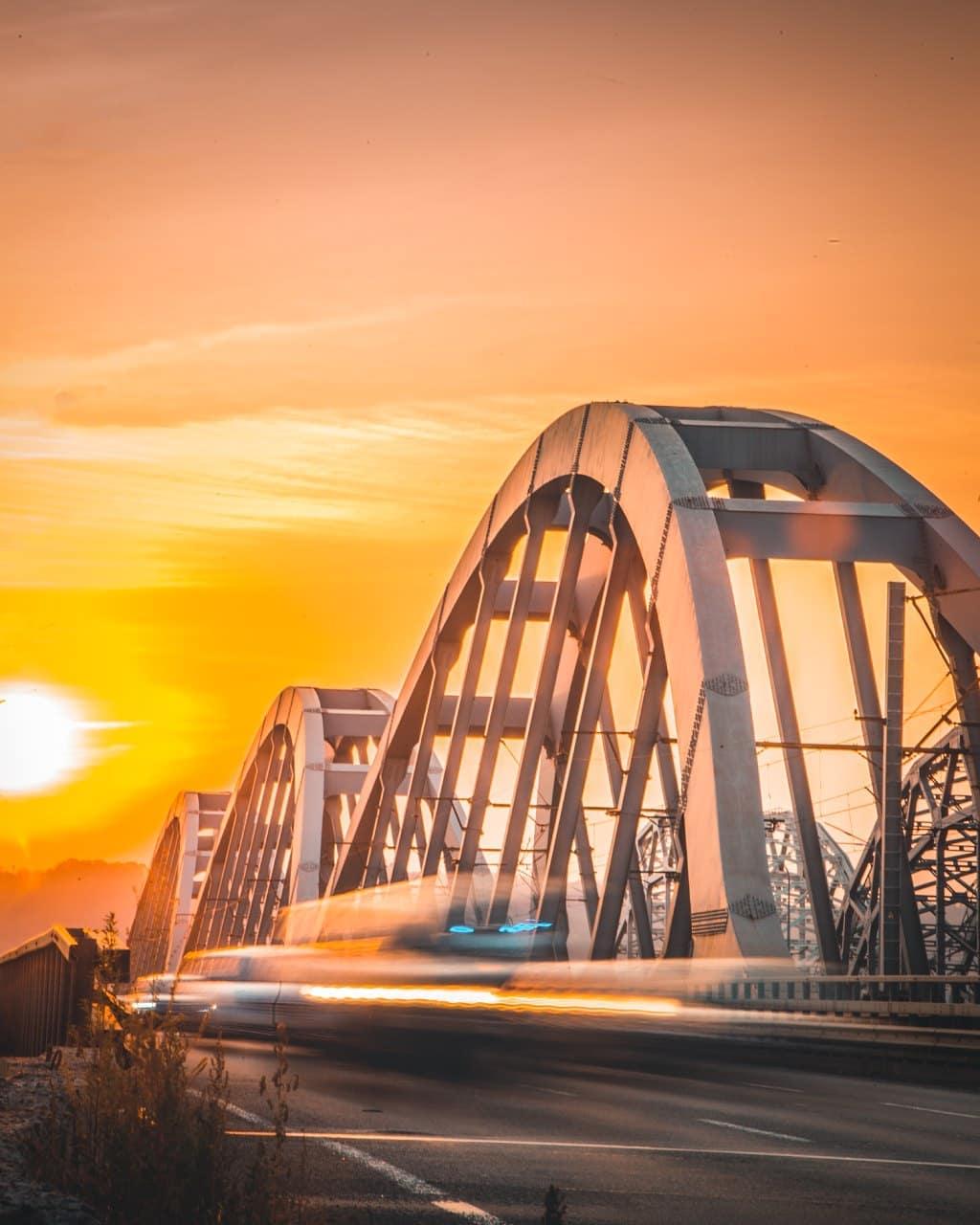 Смена дня и ночи осенью может подарить вот такие - даже не фотографии, а настоящие картины с текстурными изгибами Дарницкого моста. Автор картины - @kv4dromax