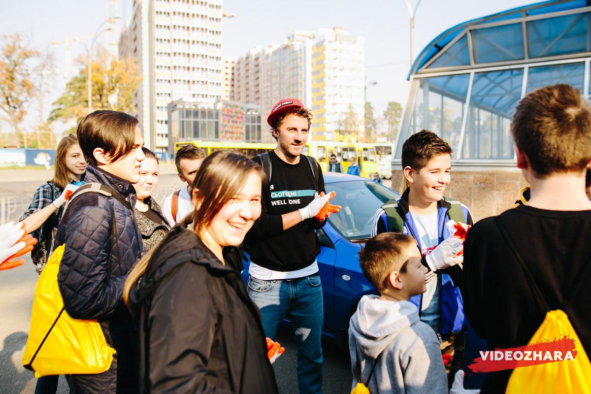 В Киеве популярные блогеры и участники фестиваля VIDEOZHARA приняли участие в уборке леса