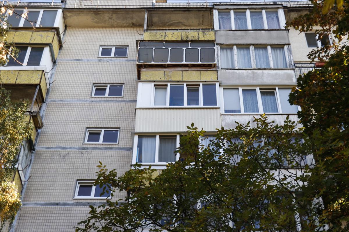 Пожилая женщина выпала с балкона восьмого этажа
