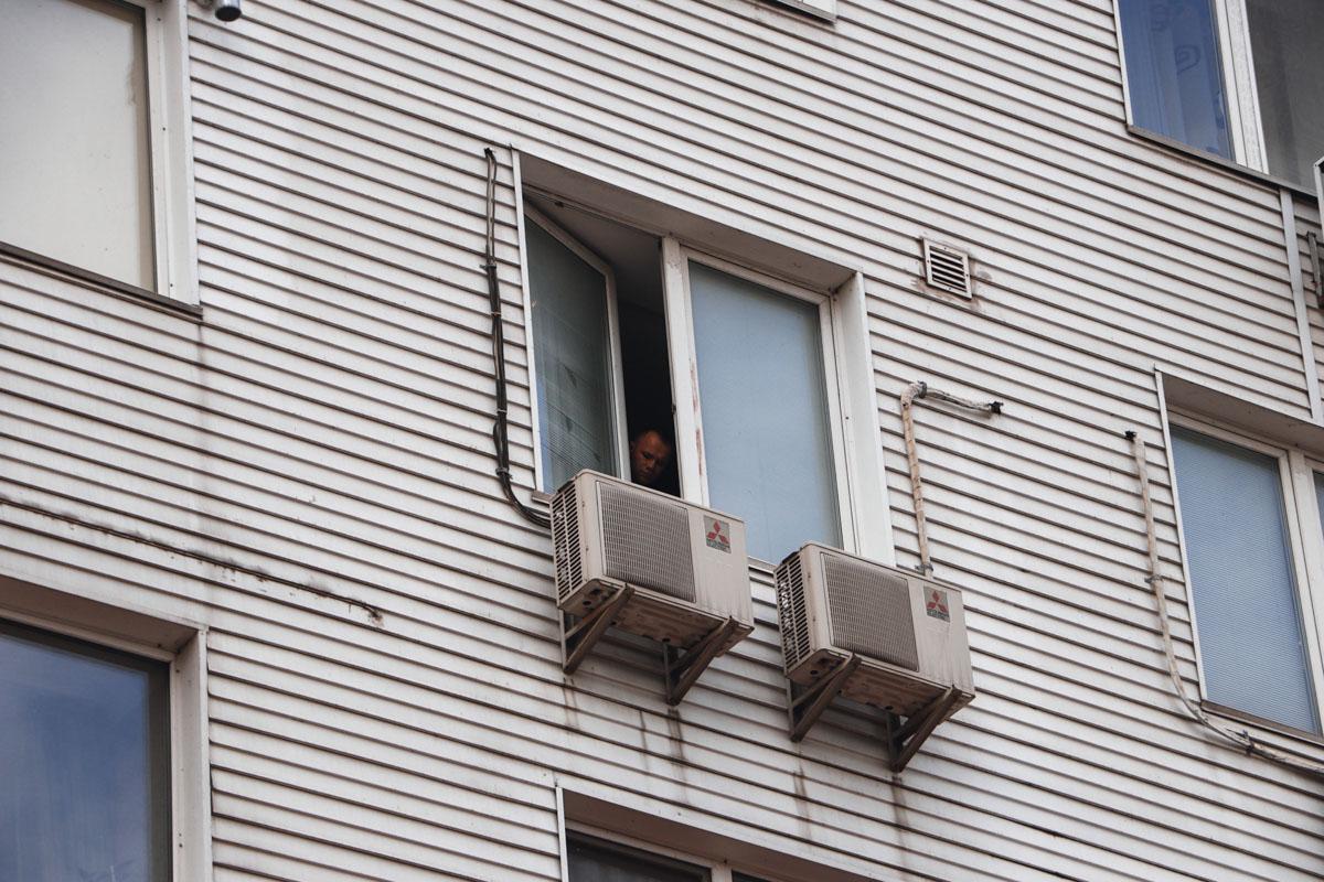 В Киеве на Березняках пожилая женщина выбросилась из окна 4 этажа 14-этажного дома