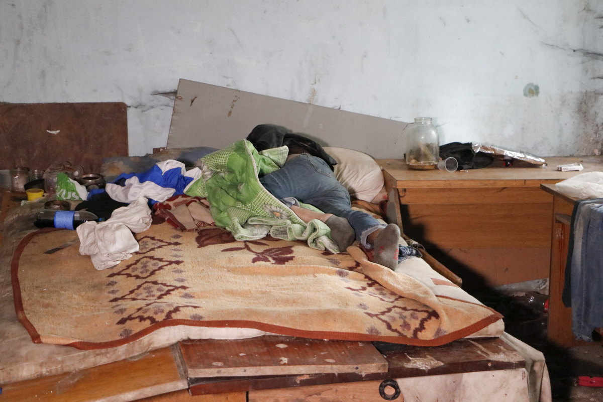 Мужчина умер во сне, перевернувшись на живот и частично укрывшись покрывалом