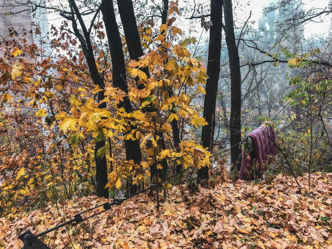 Тело находится на обрыве, на шее петля, а второй конец был привязан к дереву
