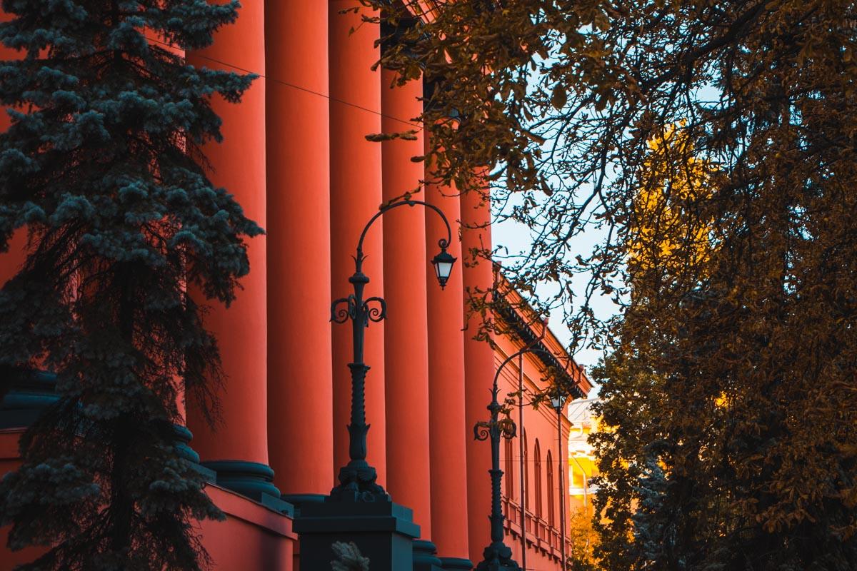 Цвет здания стал еще более насыщенно красным