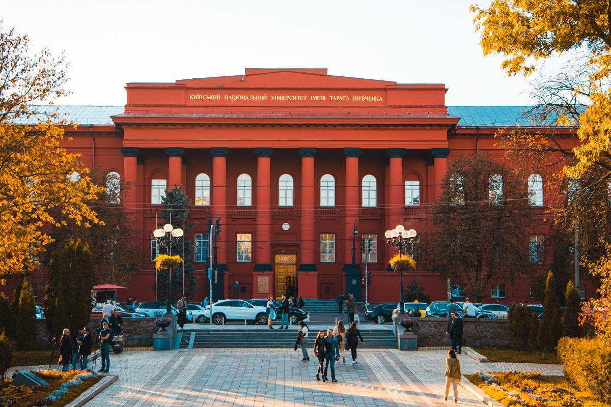 В Киеве отремонтировали фасад красного корпуса КНУ