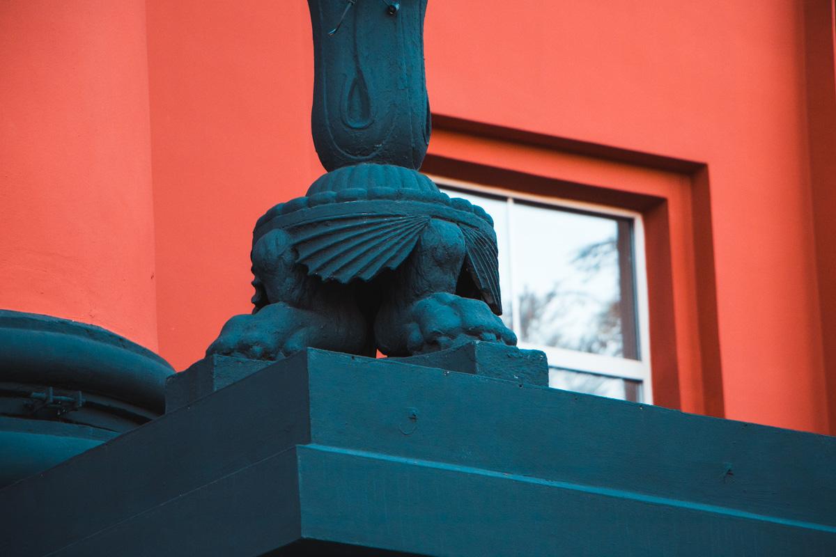 Черные вставки на колоннах также отреставрировали
