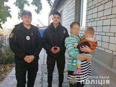Под Киевом 2-летняя девочка ушла из дома и потерялась, пока мать работала в огороде