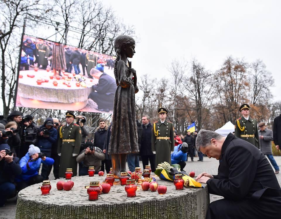 Когда Петр Порошенко, будучи Президентом, возлагал цветы к мемориалу, лампаки и букеты граждан тоже убирали