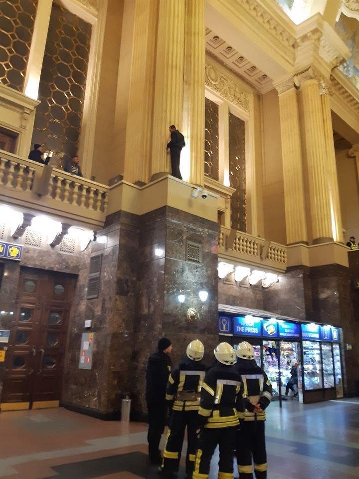 В Киеве мужчина залез на колонну вокзала и пытался покончить с собой