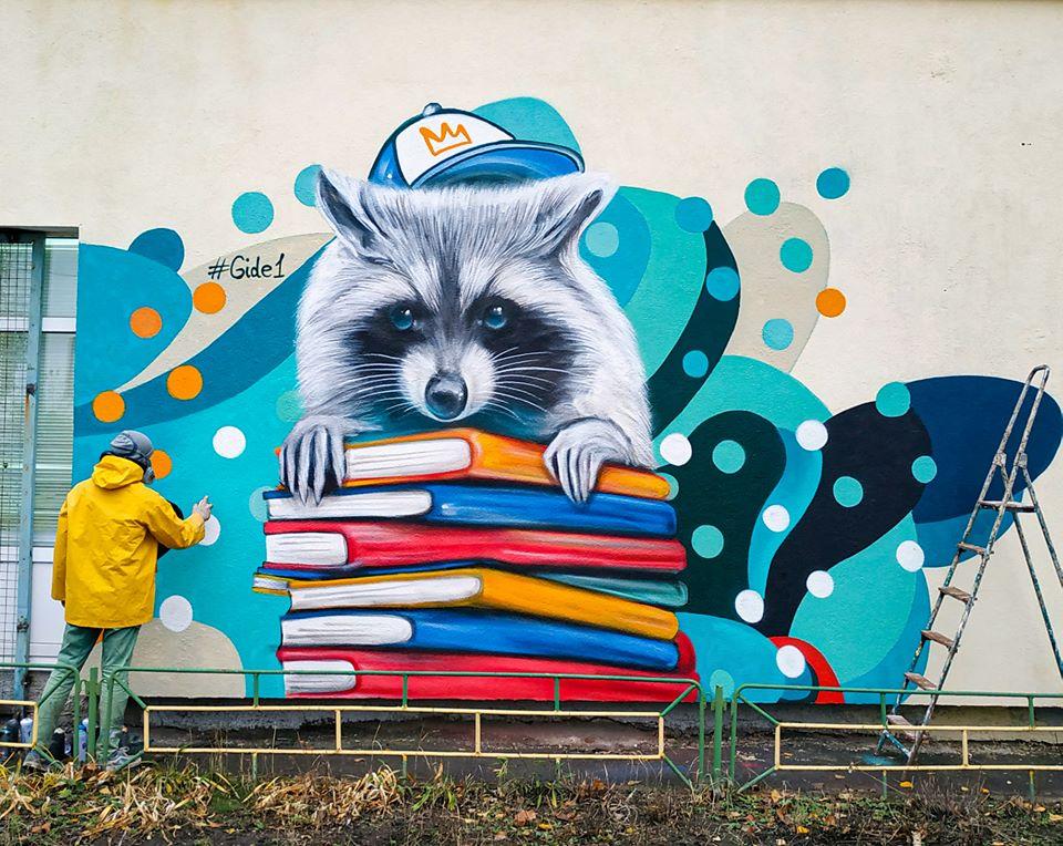 В Киеве на Оболони на стене школы поселился енот с учебниками