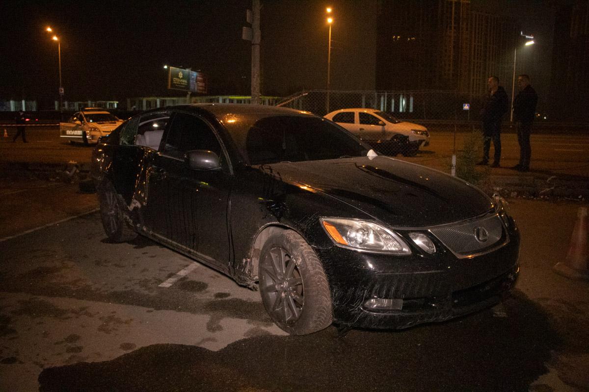 В результате столкновения Lexus потерял управление и вылетел на тротуар