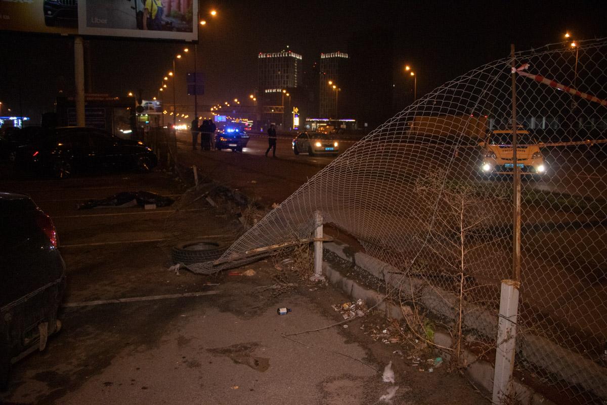 Авто также снесло забор и вылетело на парковку прежде чем остановилось