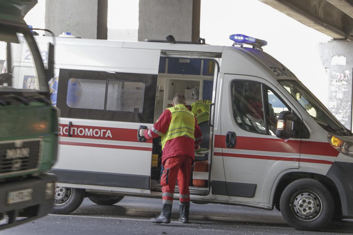Пассажира Range Rover осматривали медики, но, будут ли его госпитализировать - неизвестно
