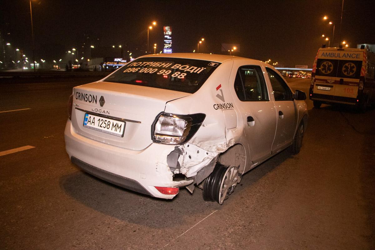 В Киеве на проспекте Николая Бажана произошло ДТП с участием двух автомобилей - Logan и Lexus