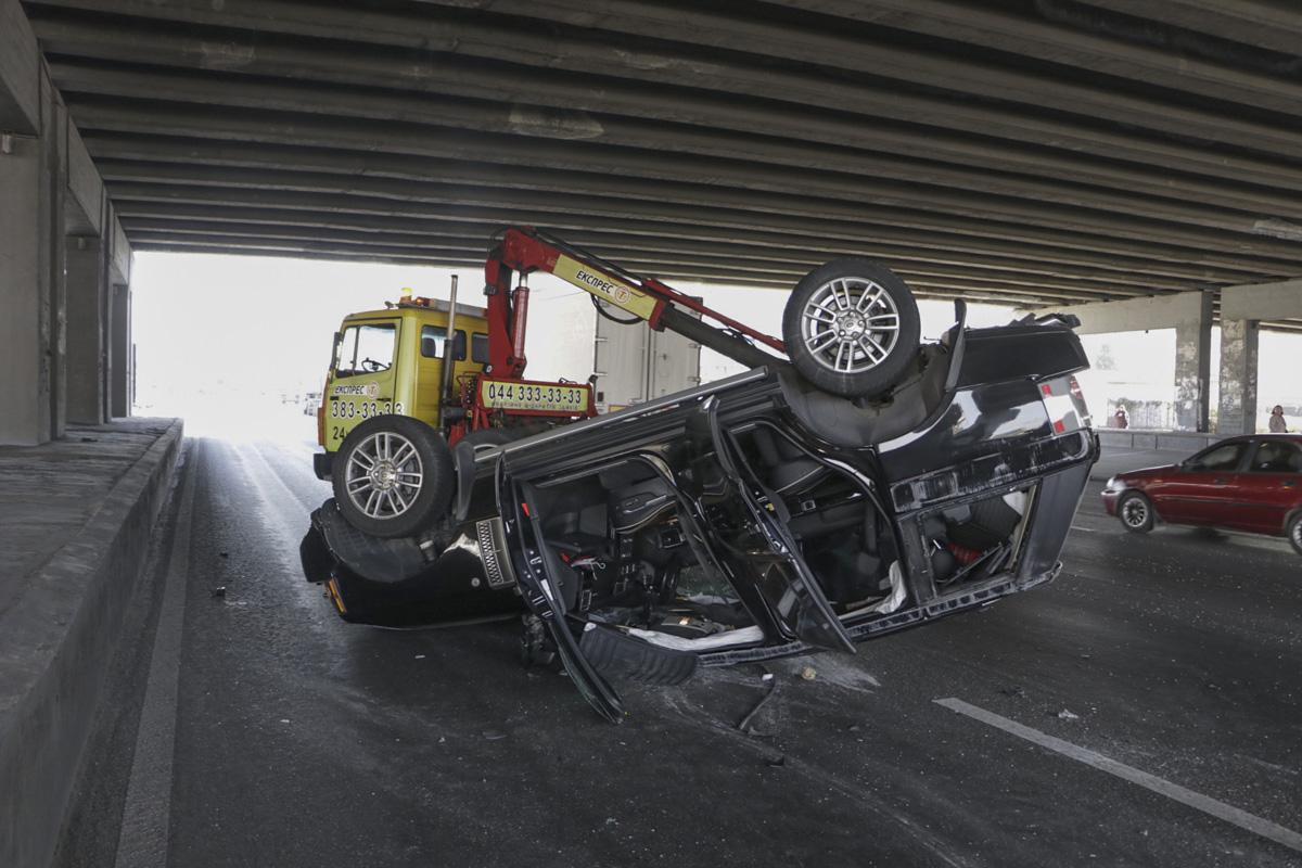 От удара внедорожник перевернулся , его протянуло по дороге и он опрокинулся на крышу