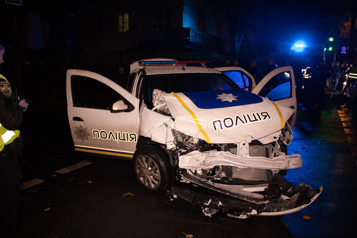 В патрульной машине пострадали два полицейских