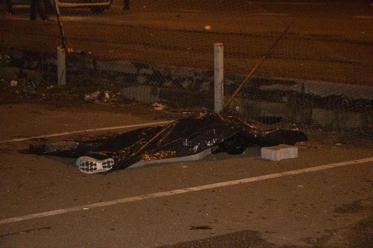Авто сбило двух пешеходов. Девушка погибла на месте