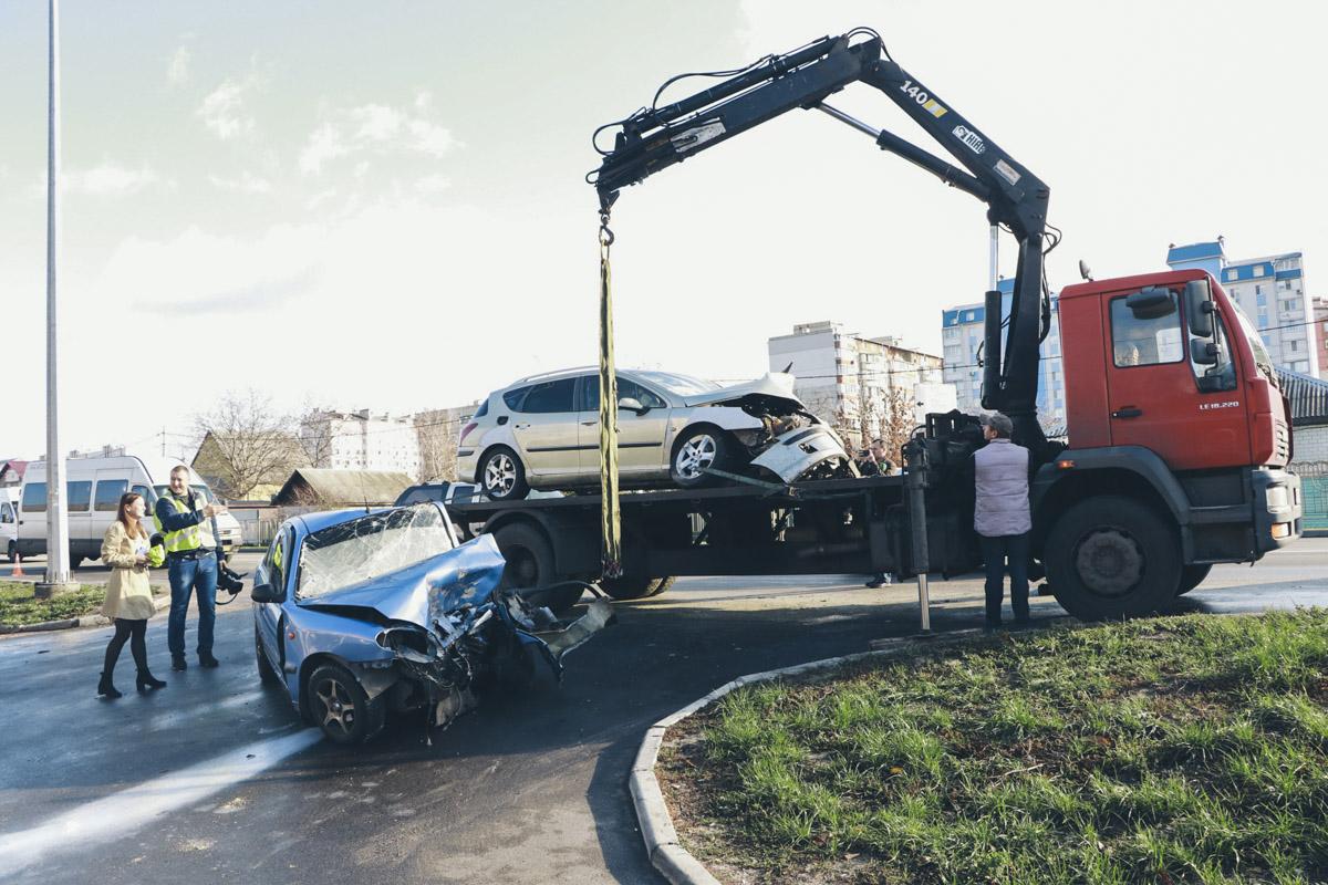 Около 10:00 Peugeot увезли на эвакуаторе, но через несколько минут вернулись, чтобы на него же поместить второе авто