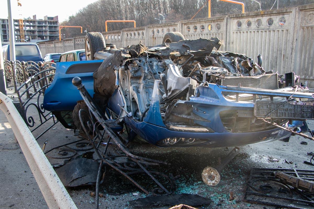 Само авто помимо забора также повредило припаркованный ВАЗ