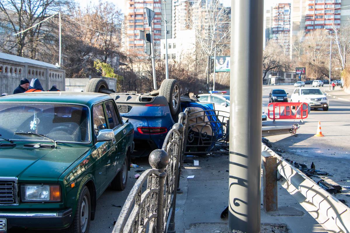 В Киеве на Старонаводницкой Porsche Macan потерял управление и перевернулся