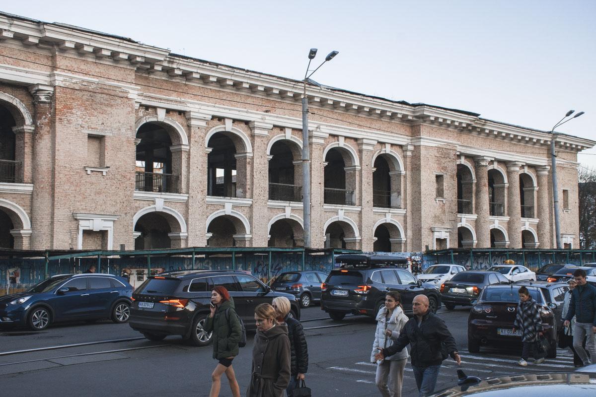 Пока жителям столицы остается лишь лицезреть полуразрушенное здание в самом живописном районе Киева
