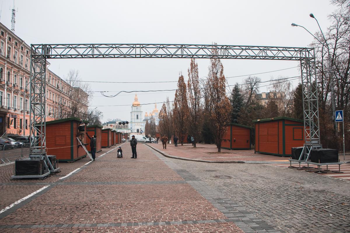По состоянию на 28 ноября на Софийской и Михайловской площадях уже появились праздничные домики
