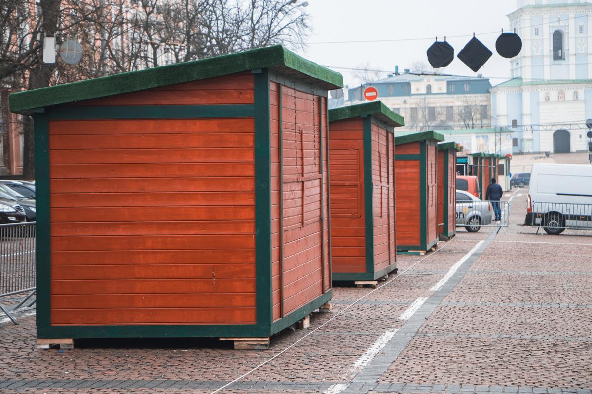 Рождественские домики расположились традиционно по дороге от Софийской до Михайловской площади