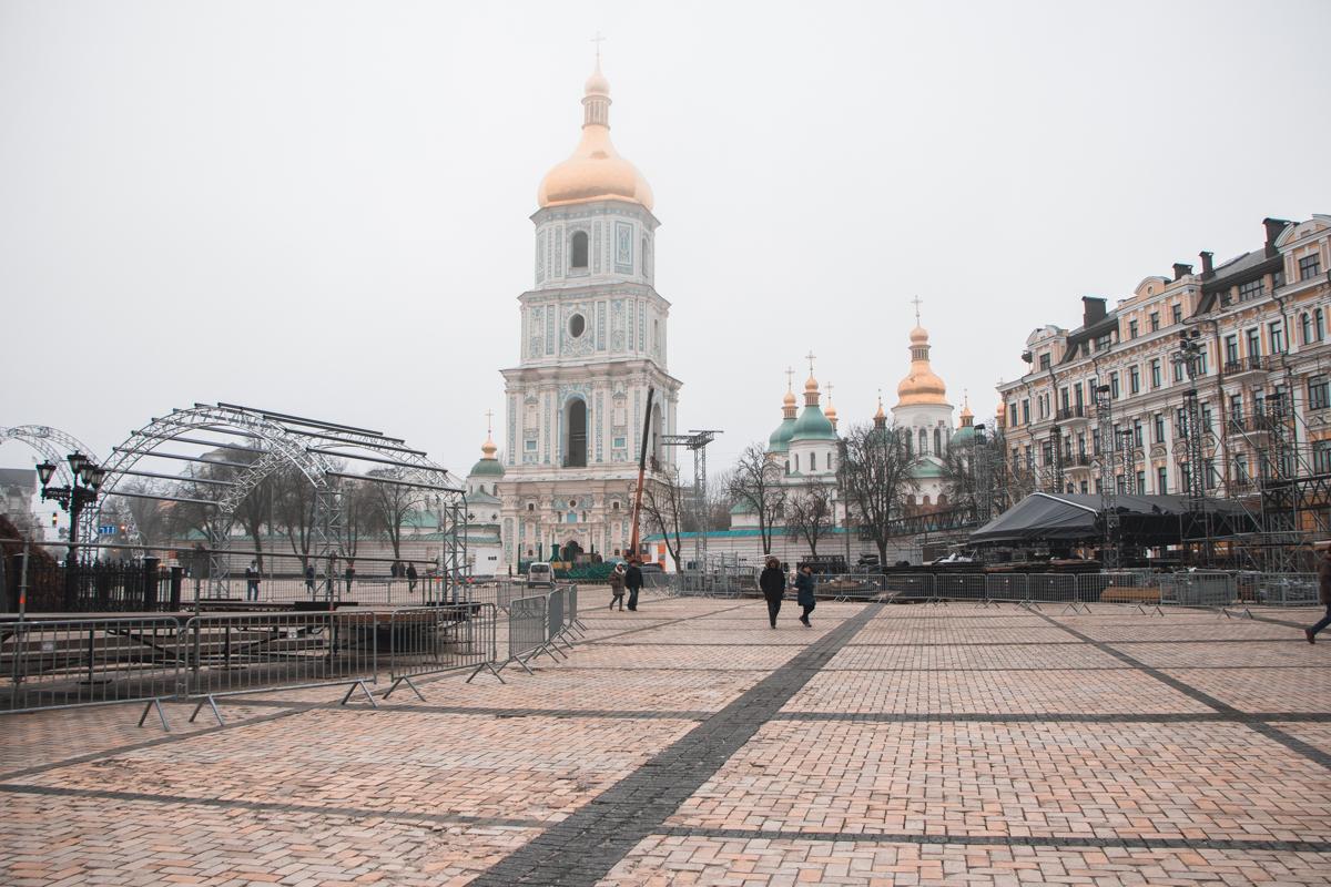 На локации уже можно увидеть металлические арки и большое количество конструкций, которые послужат основой для сцены и других деталей городка