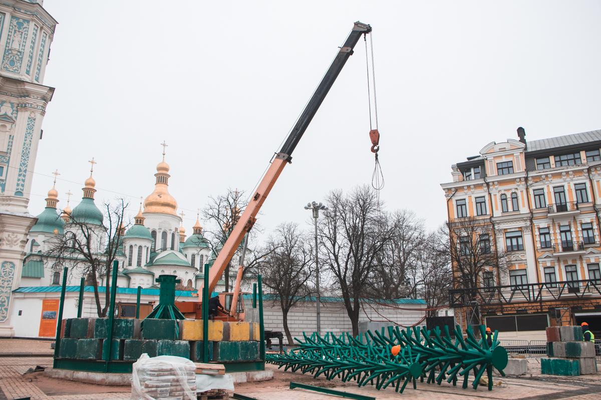 На Софийской площади можно увидеть конструкции главной елки страны