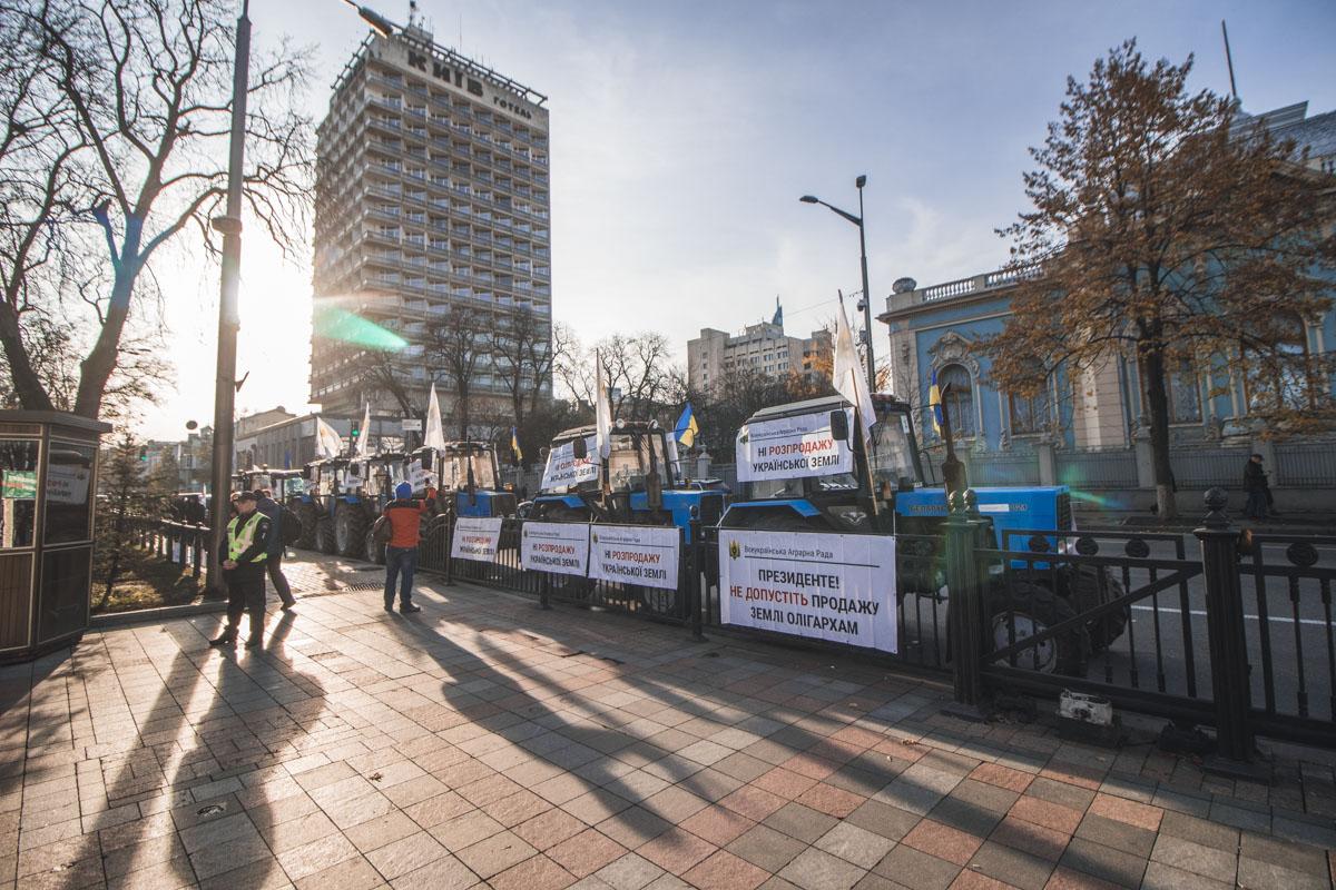 Противники законопроекта о продаже земли припарковали на улице Грушевского около 15 тракторов с плакатами