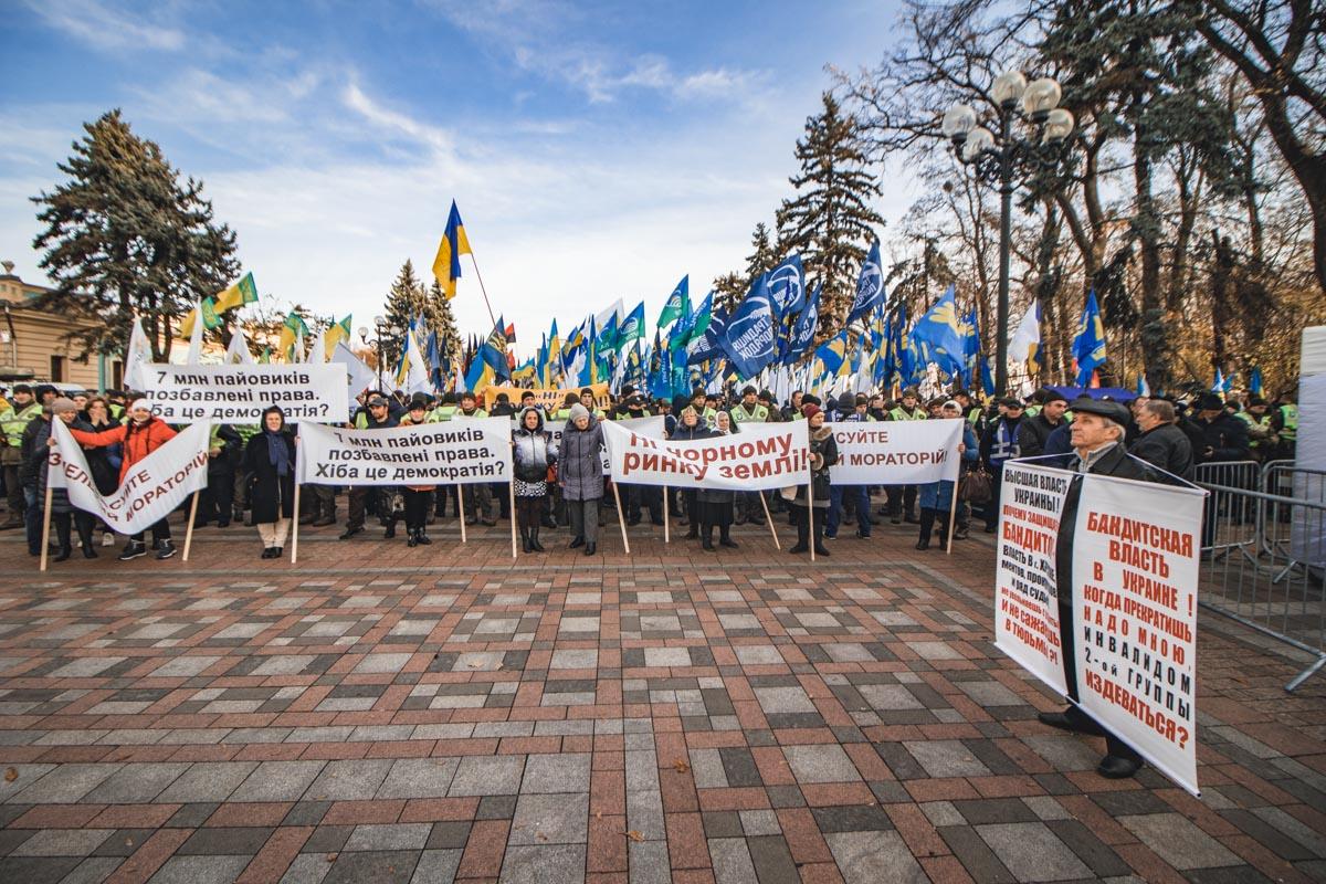 Во вторник под зданием Верховной Рады собралась очень разношерстная толпа
