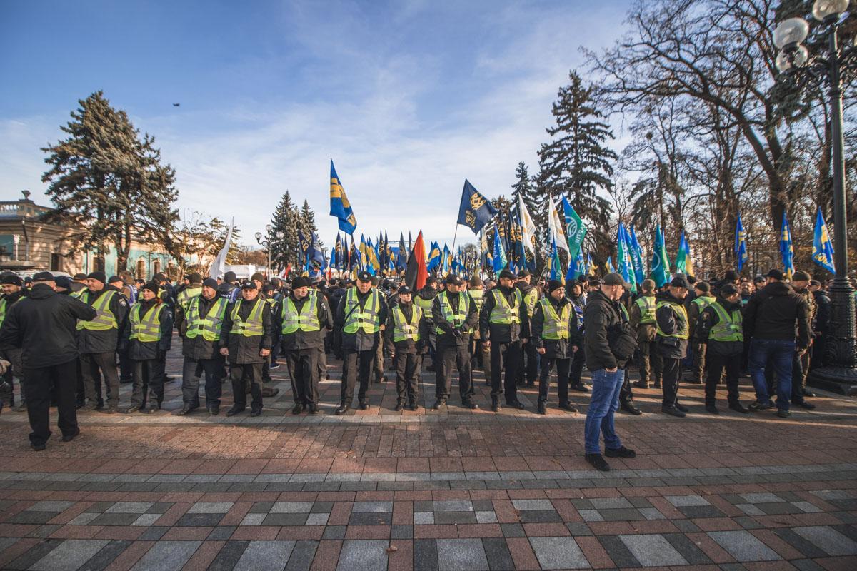 На фото - кордон полицейских, который разделяет ярых оппонентов