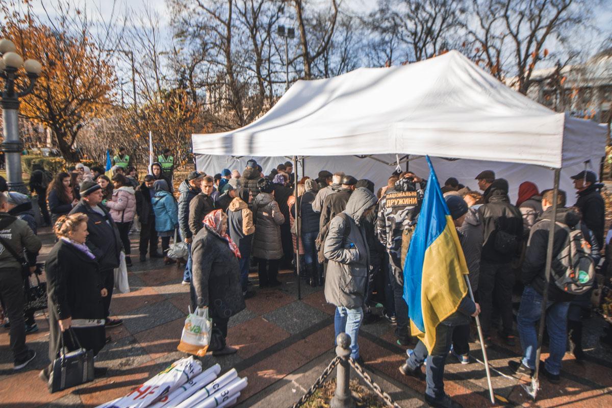 Участники митинга угощаются чаем