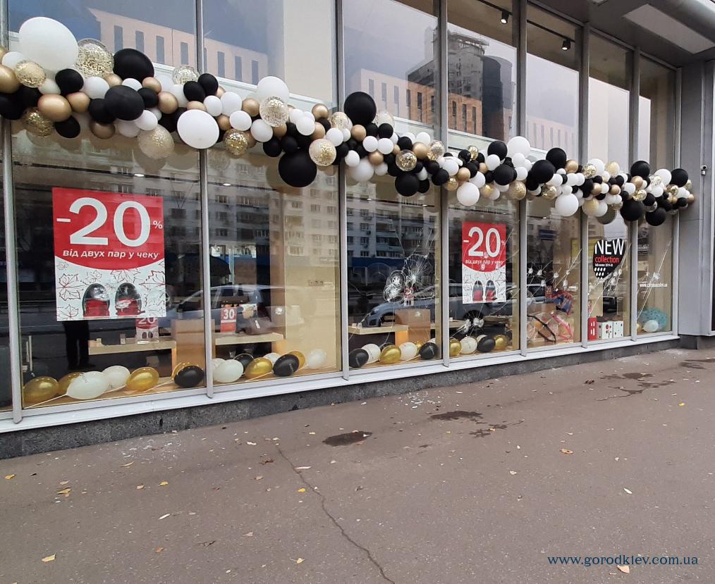 Неизвестные расстреляли витрину обувного магазина