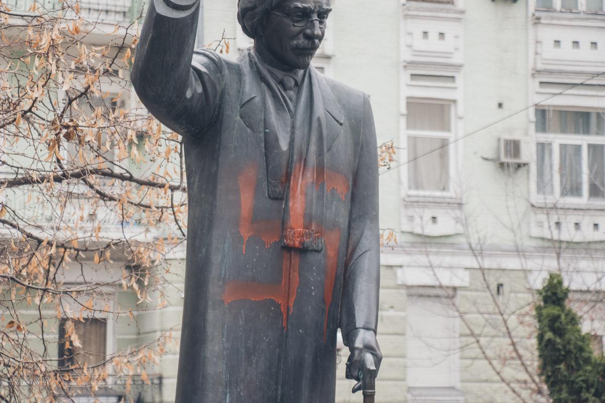 В центре Киева на памятнике Шолом-Алейхему нарисовали свастику