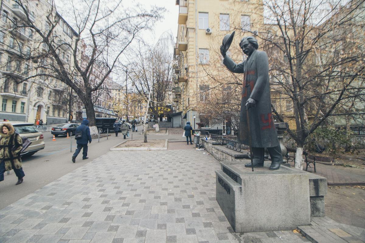 По состоянию на 09:00, около памятника не было ни полиции, ни коммунальщиков, ни кого-либо еще кроме прохожих