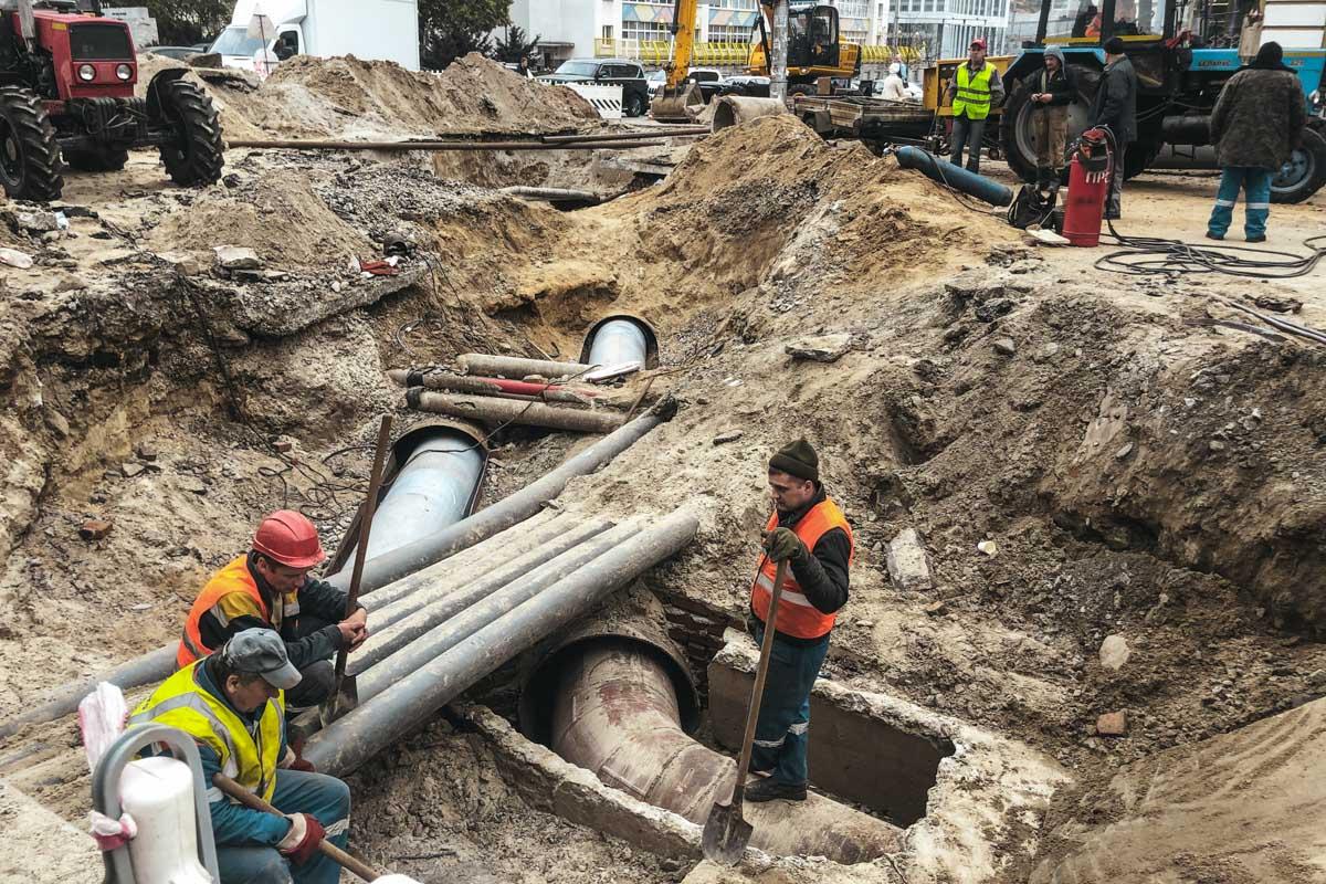 Коммунальщики ремонтируют трубопровод