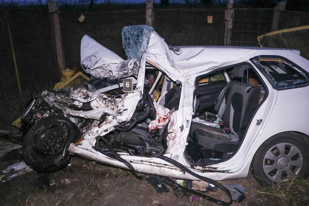 Тело девушки доставали из раздавленного от удара автомобиля спасатели