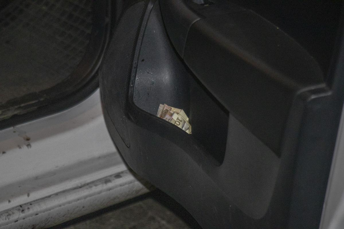 Во время разговора женщина неоднократно предлагала взятку, а потом подбросила деньги в машину