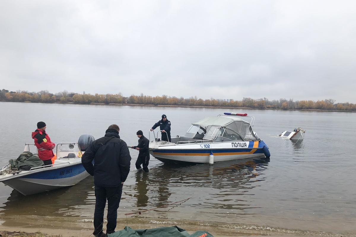 В пятницу, 8 ноября, в Оболонском районе Киева работники проплывающего теплохода обратили внимание на затонувший катер