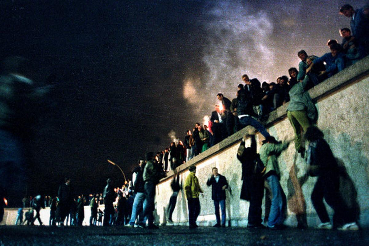 9 ноября официально пала Берлинская стена