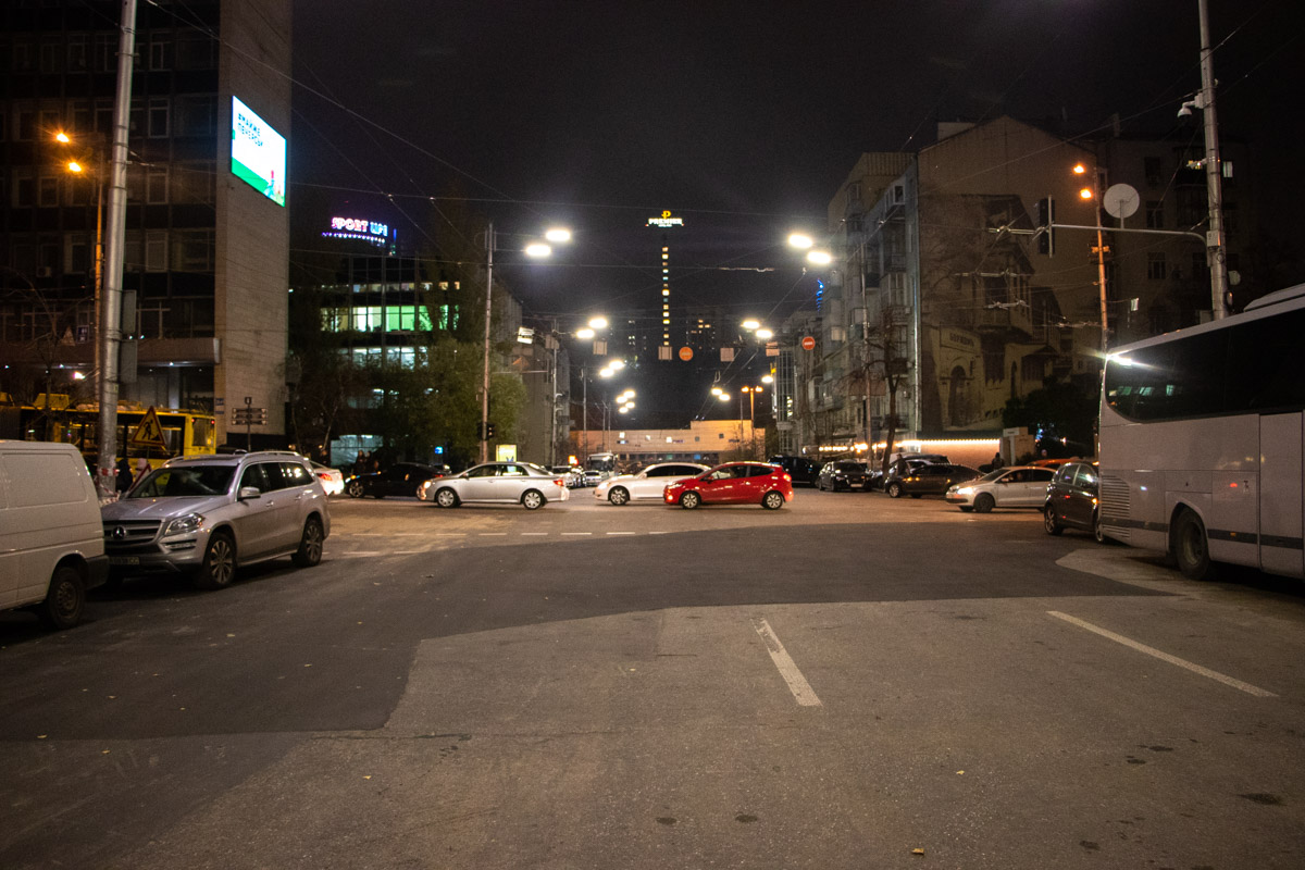 Вместо потоков кипятка по улице теперь бегут потоки машин