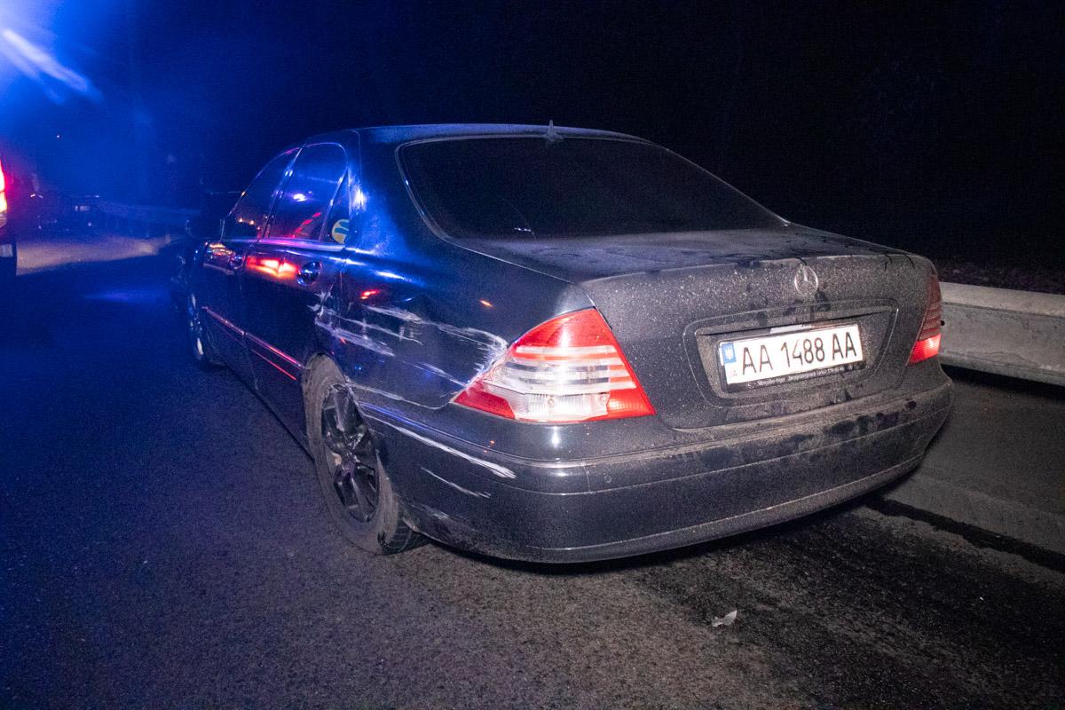 По словам одного из участников аварии, по Брест-Литовскому шоссе двигался Mercedes Viano, а за ним на высокой скорости летел Mercedes W220
