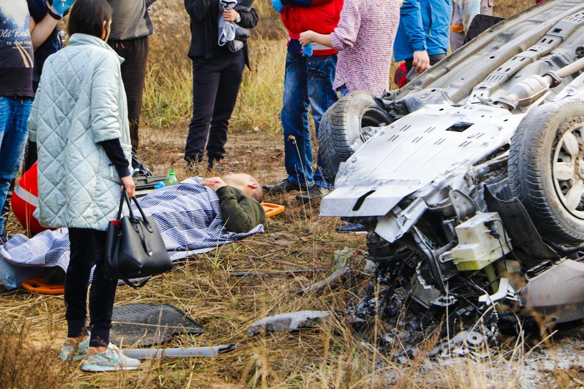 Водитель BMW также получил травмы конечностей и уехал в карете скорой помощи