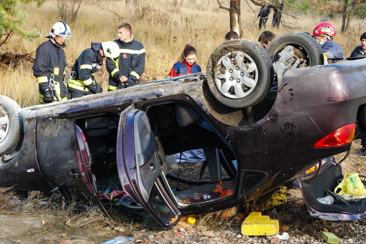 Там он задел три машины и влетел в лоб Hyundai, который от удара перевернулся в кювет и начал гореть