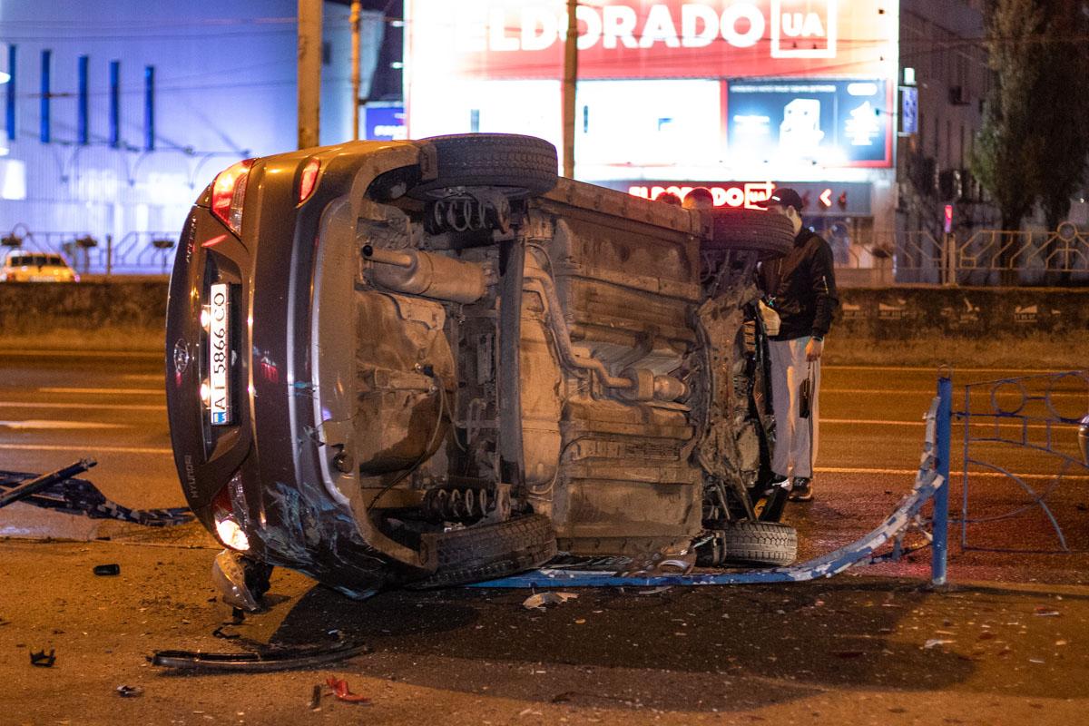На проспекте Степана Бандеры произошла авария с участием автомобиляHyundai Accent службы такси Bolt