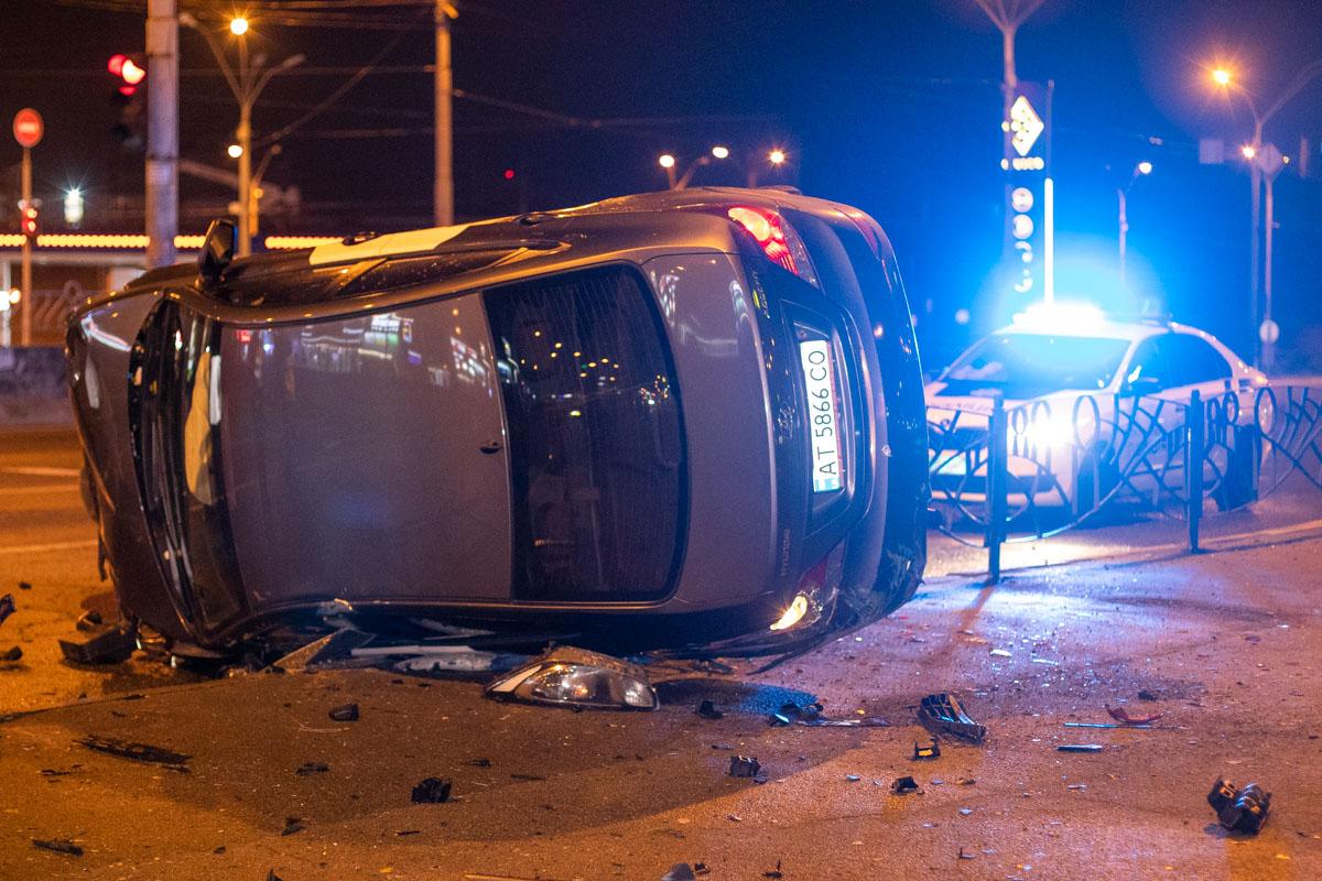 Accent занесло на тротуар, он снес около 15 метров забора и перевернулся на бок