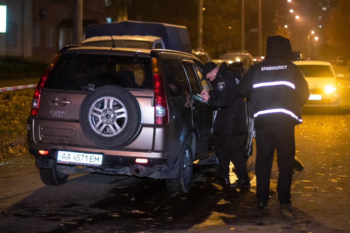 Правоохранители обыскали салон внедорожника