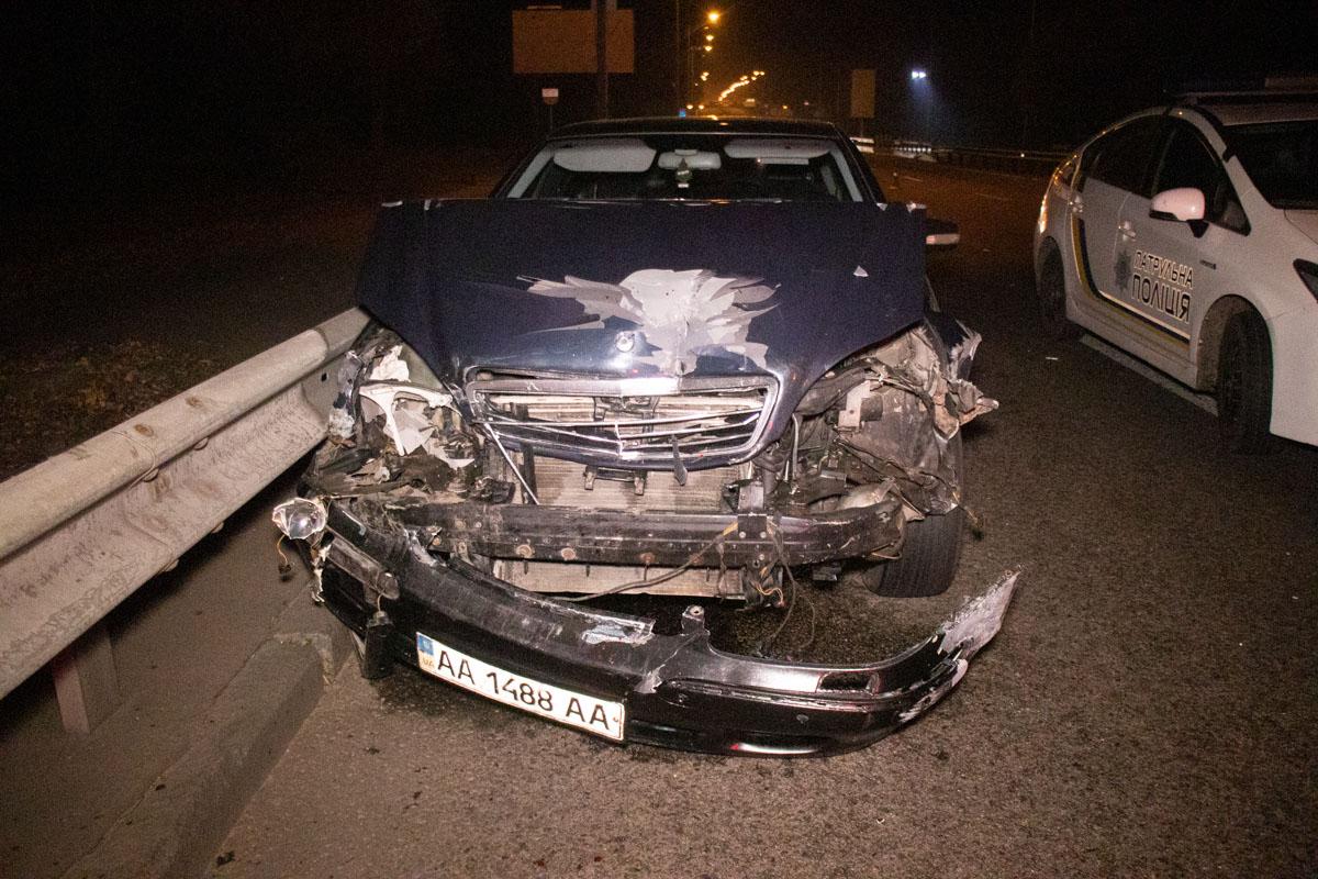 """Дальше BMW столкнулся с Renault на промежутке дороги междуW220 иViano, в результате Renault """"догнал"""" минивэн, аBMW оказался в отбойнике"""